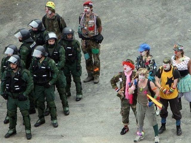 clowns-soldiers-guns-serious-jokes-1317953981d.jpg (61 KB)