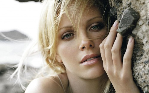 widescreengirls-charlizetheron-010.jpg (193 KB)