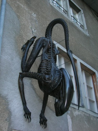 alien statue 375x500 theres an Alien in my building! wtf Movies