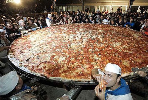 worlds largest pizza 500x338 Worlds largest wtf Humor Food