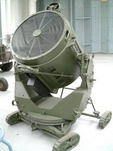 Searchlight_-_WWII_anti-aircraft.JPG (108 KB)