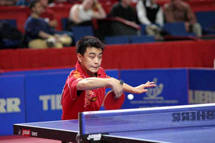 Wang Hao (CHN) demonstrates reverse penhold backhand.jpg (21 KB)