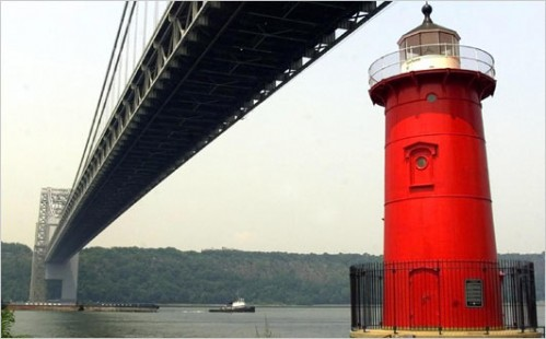 redlighthouse.jpg (33 KB)