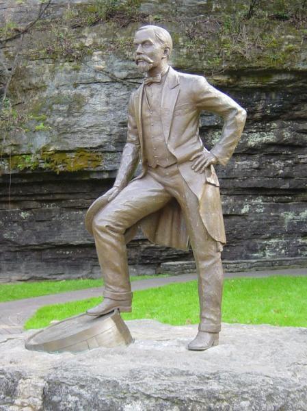 jack_daniel_statue.jpg