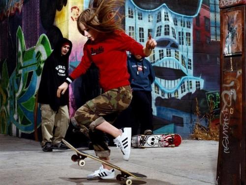 Avril Lavigne knows how to skateboard