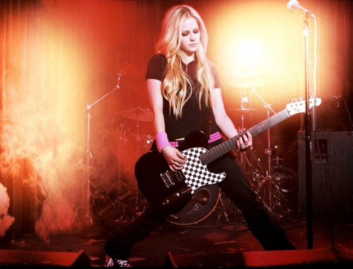 avril lavigne plays the guitar in a dramatic way 500x381 Avril Lavigne Plays The Guitar in a dramatic way Sexy Music