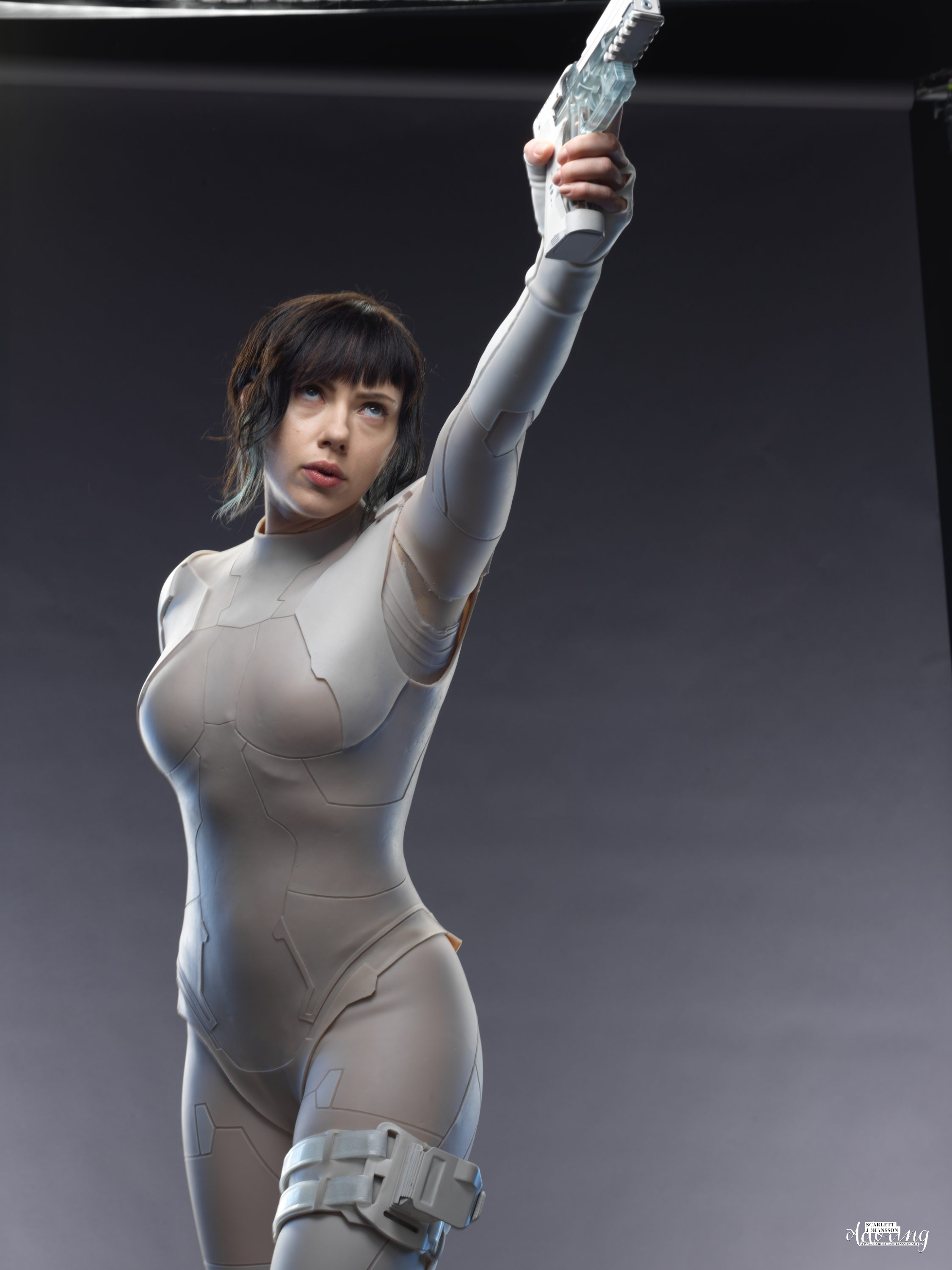 scarjo's tranparent pistol from ghost in the shell