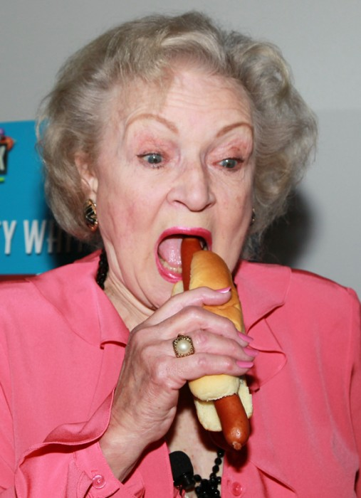 BETTY-WHITE-HOT-DOG4.jpg (344 KB)