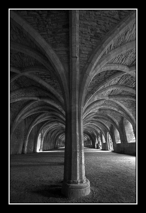 hall and pillars 500x730 Pillar and arches Visual Tricks