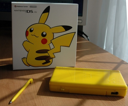 Pikachu_DS_with box.JPG (48 KB)