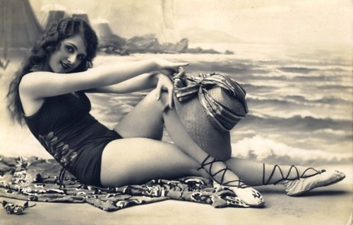 feb 500x318 Vintage Swimsuit Girl Sexy